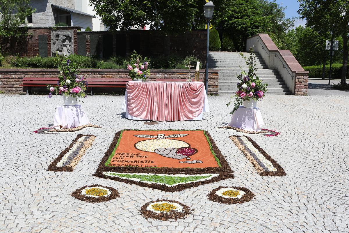 Blumen-Altar an der Kirche