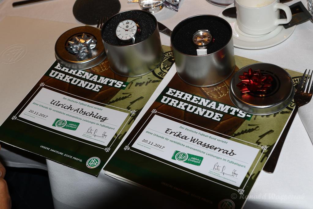 Die DFB-Uhren und die Urkunden der beiden Geehrten vom BSV Gey