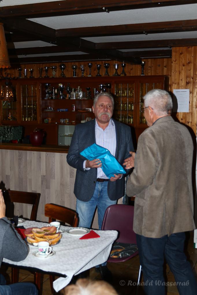 Der neue Ortsvorsteher Paul Bolz wird von Uli Abschlag begrüßt