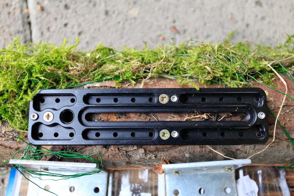 Mittels einer ausrangierten Objektivplatte kann das obere Futtergestell-Teil schnell und eifach auf ein Stativ geklemmt werden
