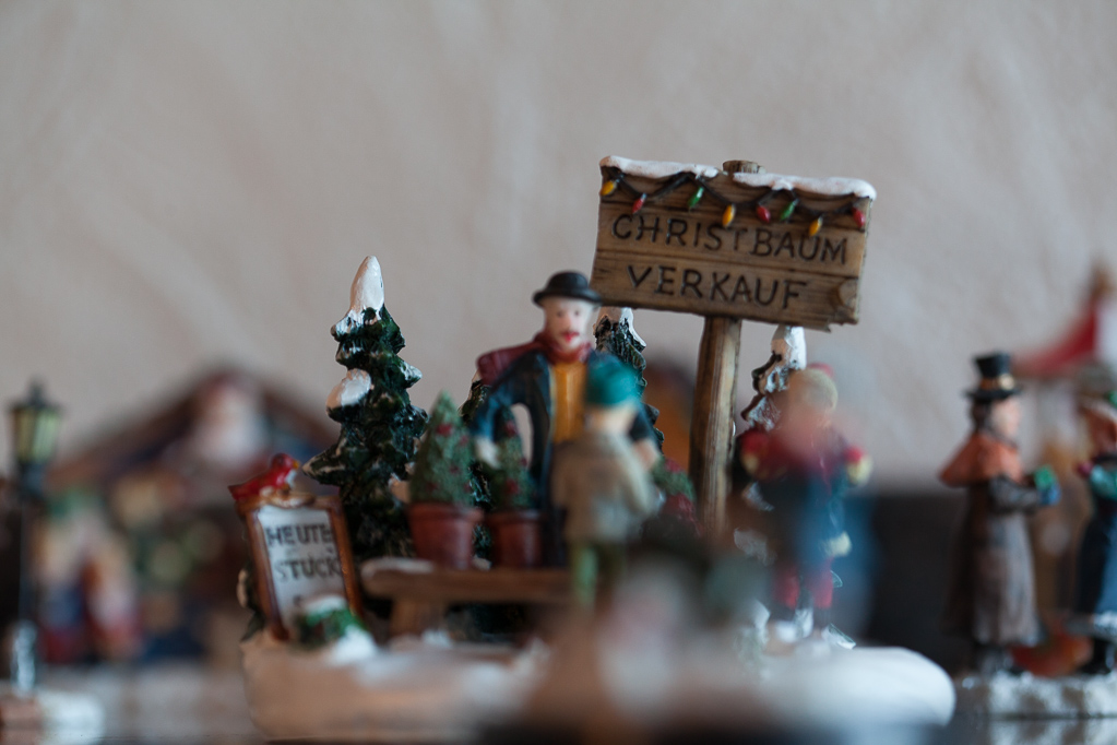 Figurengruppe Hintergrund (Schärfe auf Tannenbaumspitze hinten links)