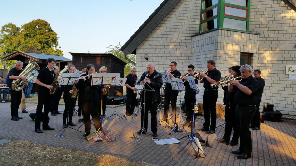 """Der Musikverein """"Rheinklänge Gey e.V."""" unterhält die Gäste auf dem Pfarrfest Gey (Foto: Birgit Kaminski)"""
