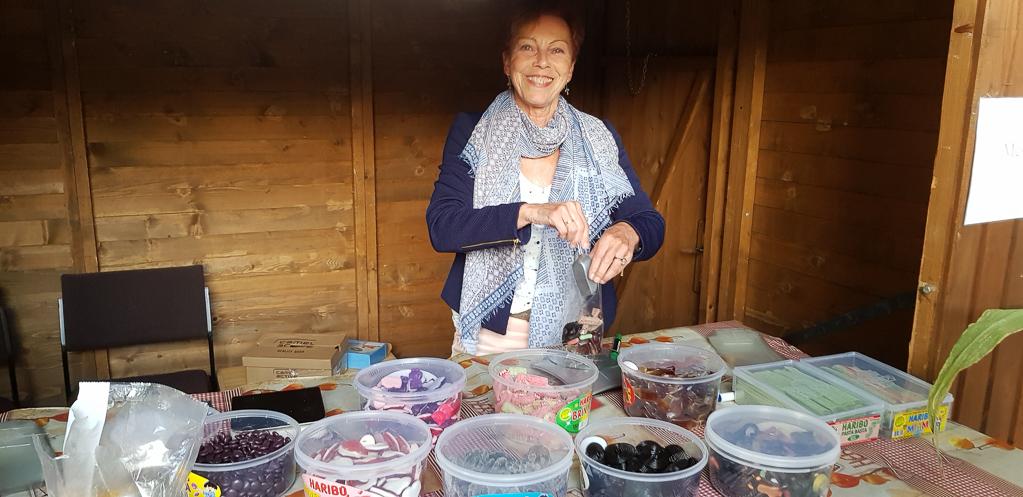 Marlene am Haribo-Stand der Messdiener