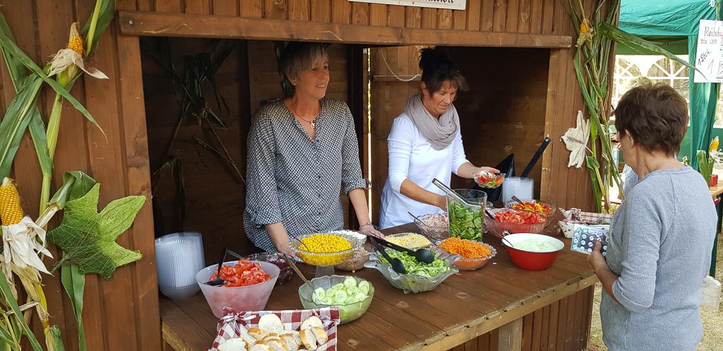 An der Salatbar können die Gäste sich den Salat ihrer Träume zusammenstellen lassen