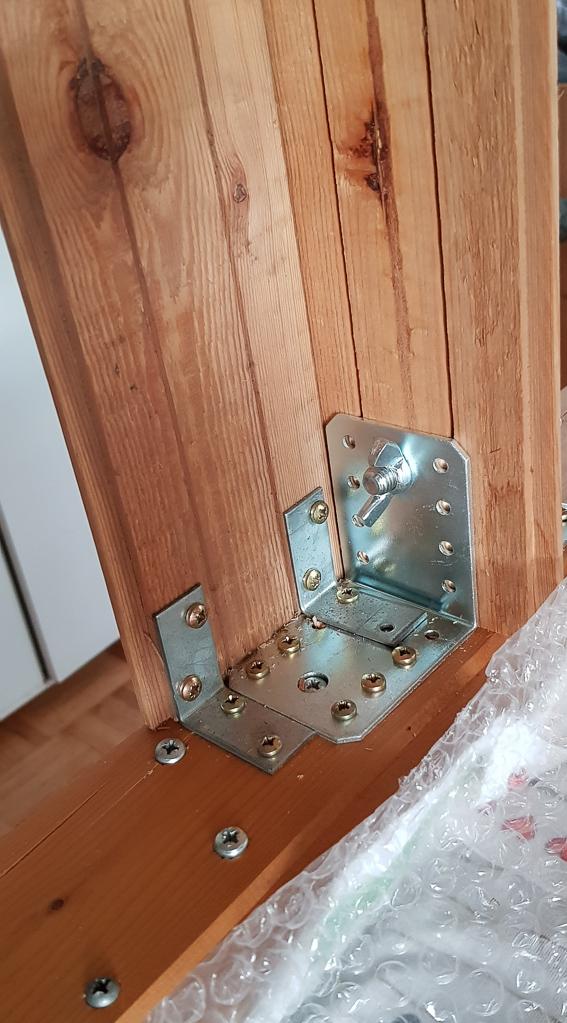Befestigung des Tropfenrahmens mit großem Winkelblech und der Stabilisierungs-Säule mit kleinen Möbelwinkeln (Innenansicht)
