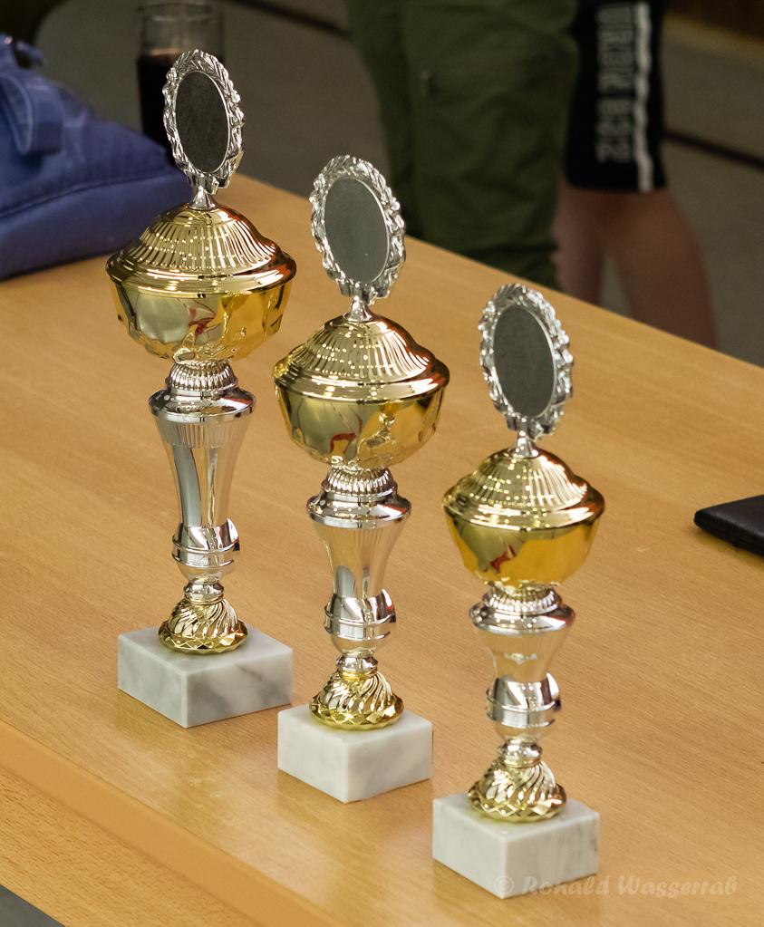 Die Pokale für den Lichtgewehr-Schieß-Wettbewerb in der Mehrzweckhalle am Helmut-Rösseler-Platz