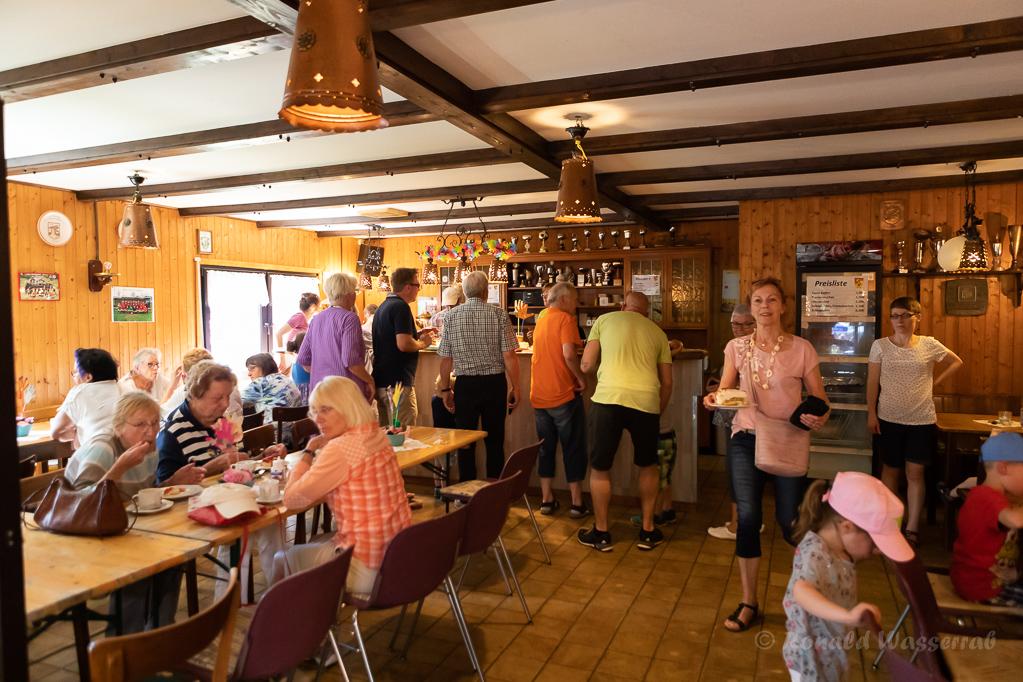 In der Cafeteria der St. Antonius-Gemeinde im Sportheim des BSV am Helmut-Rösseler-Platz