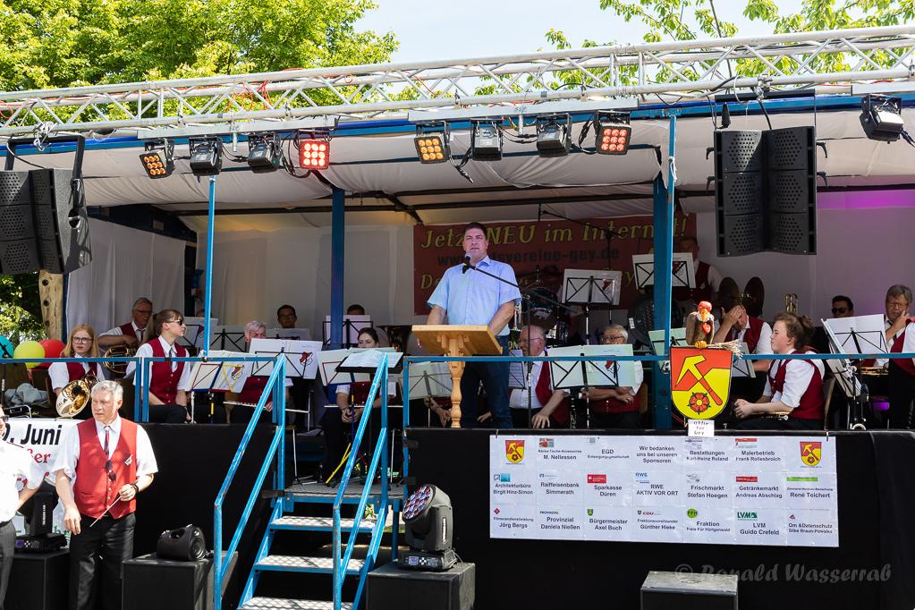 Ansprache von Stefan Grießhaber zu den Aktivitäten von Helmut Rösseler in zahlreichen Vereinen und zu dessen großes soziales Engagement