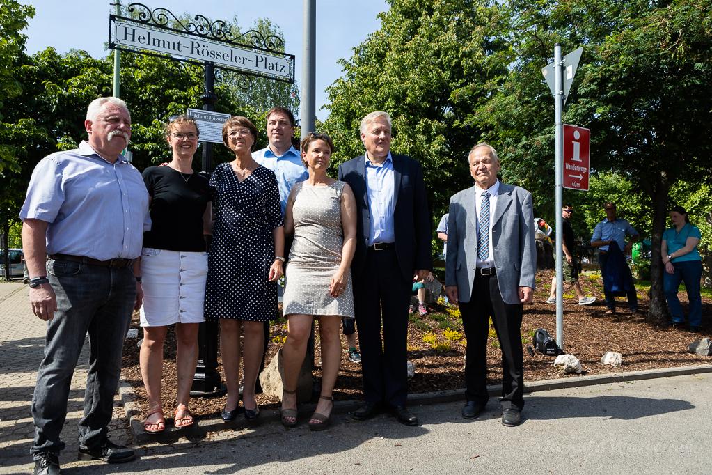 """Posieren vor dem Straßenschild """"Helmut-Rösseler-Platz"""""""