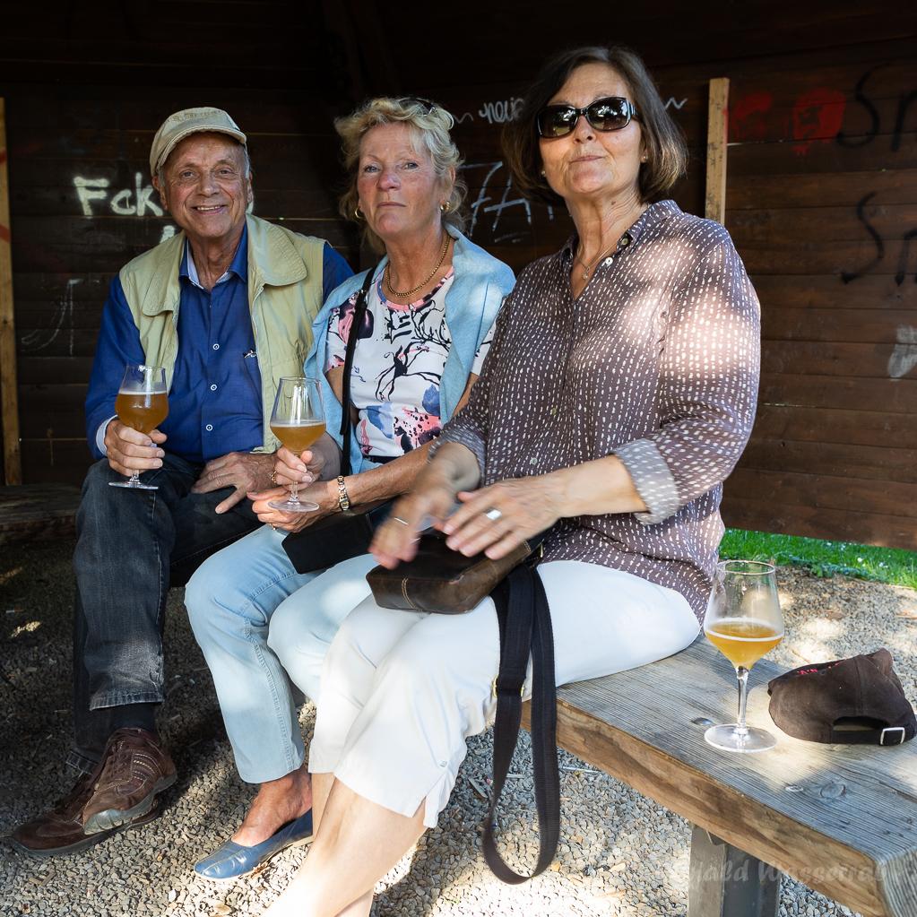 """Lapis mit Georg, Katharina und Renate unterm """"Jugendpilz"""" am Helmut-Rösseler-Platz"""