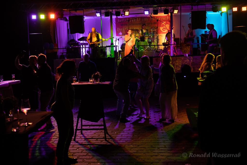 Bis spät in die Nacht wird auf dem Helmut-Rösseler-Platz getanzt und gefeiert