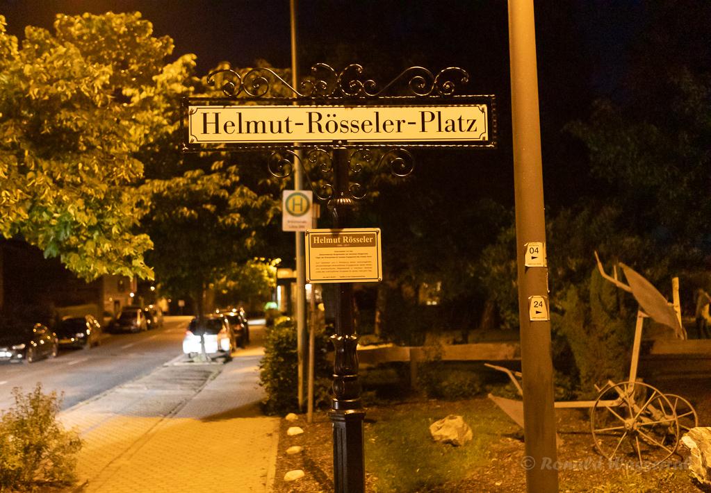 Auf dem Heimweg gehe ich noch einmal am neuen Straßenschild des Helmut-Rösseler-Platzes vorbei...