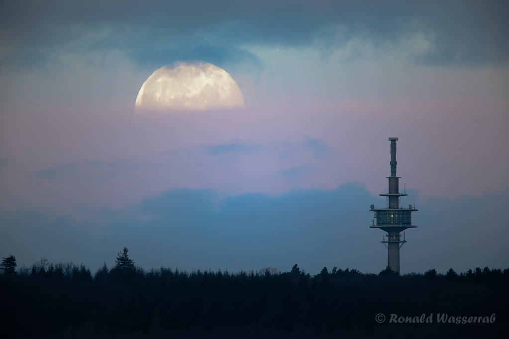 Kurz vor Erreichen des Eifelhörnchens verschwindet der Mond hinter den Wolken. Den Mond fotografieren kann ich, aber nicht so, wie ich es will.
