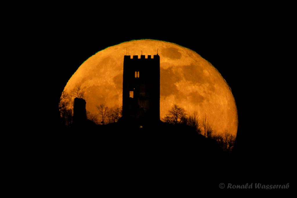 Mond fotografieren wie geplant: Die Drachenfelsruine wird vom Vollmond umrahmt (17:46:20 Uhr).