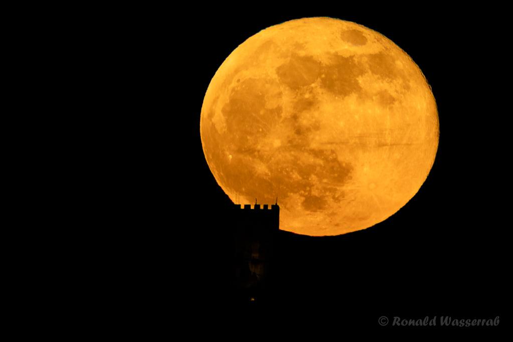 Kaum fünf Minuten nach dem ersten Auftauchen des Mondes verlässt er endgültig die Drachenfelsruine (17:49:33 Uhr). Den Mond fotografieren brauche ich gleich nicht mehr.