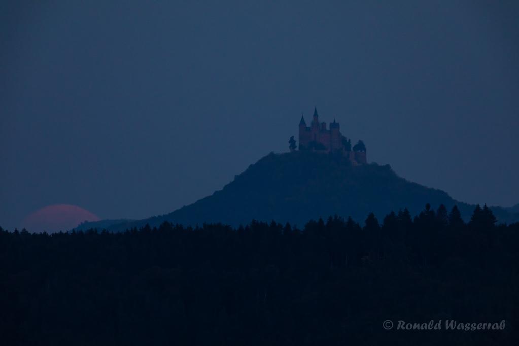 Der Mond taucht planmäßig links von der Burg auf