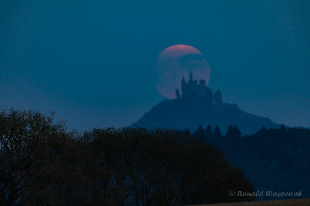 Der Mond hat die Burg Hohenzollern erreicht