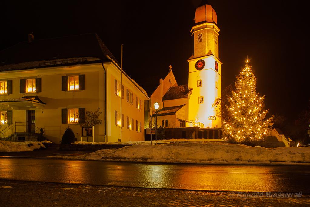 Weihnachtliche Impressionen - Kurhausplatz mit Pfarrhaus und Kirche