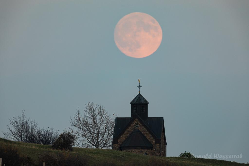 Mond über der Hubertuskapelle