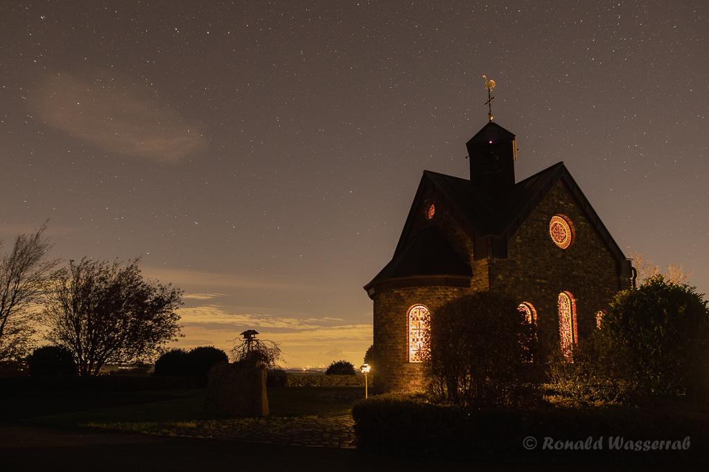 Kapelle mit Sternenhimmel