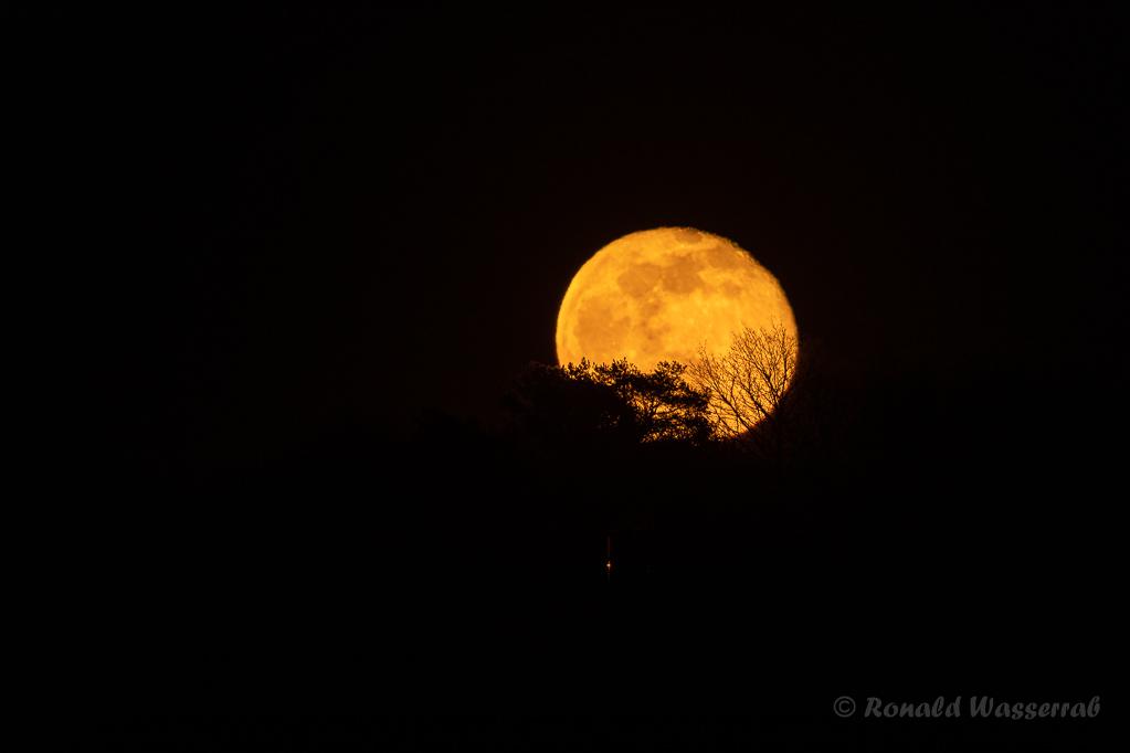 Mond über dem Kapellchen