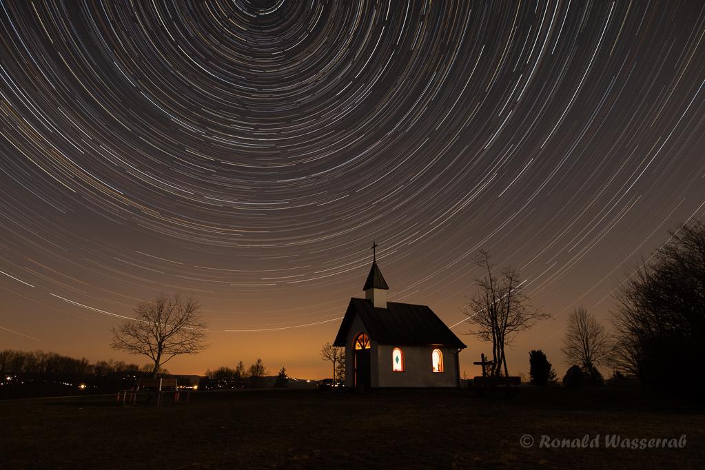 Sternspuren über dem Kapellchen