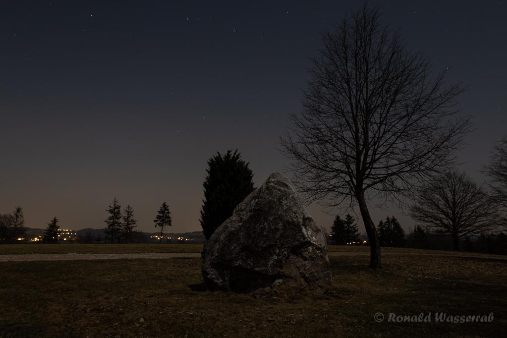 Findling an der Kapelle bei Nacht