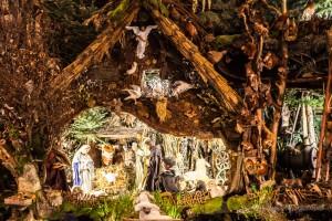 Die Heilige Familie und der Engel in der Landschaftskrippe Höfen