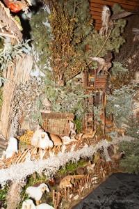 Greifvögel am Hochsitz der Landschaftskrippe Höfen