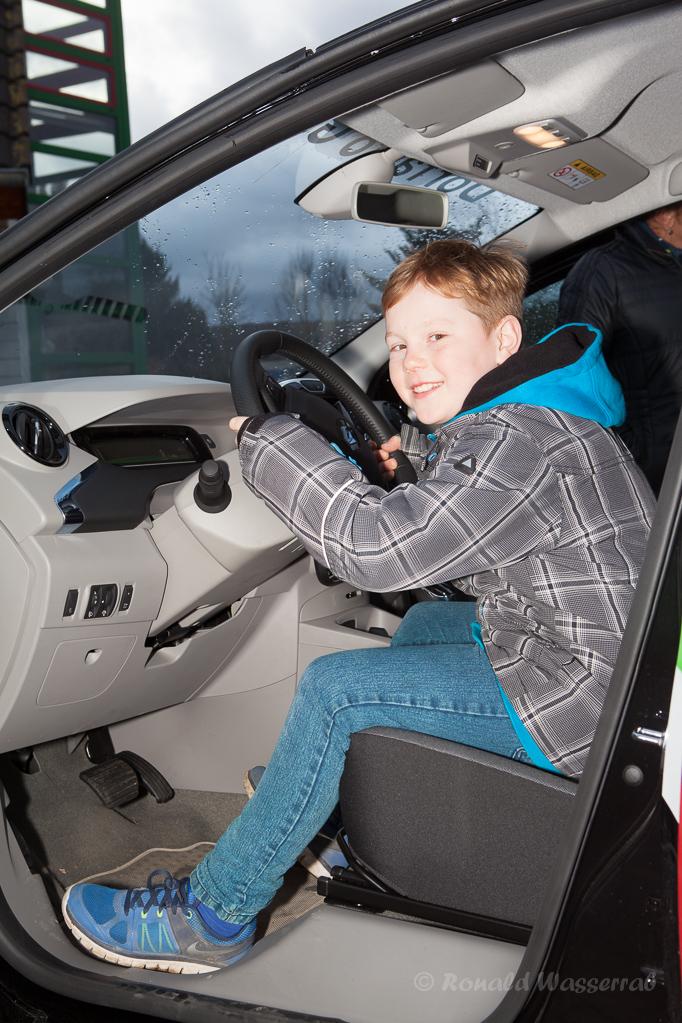 Interessierte Jugend im Dorfauto Gey