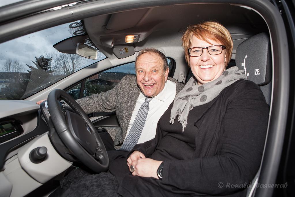 Frau Fahle und Ortsvorsteher Helmut Rösseler im Dorfauto Gey