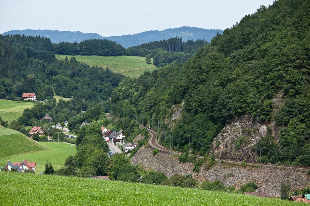 Wandern überm Himmelreich - Blick auf Falkensteig mit Bahnstrecke vom Heuberg aus