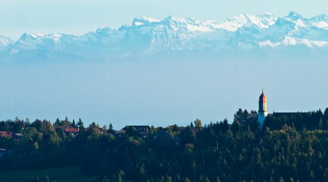 Höchenschwand vor Alpenkulisse