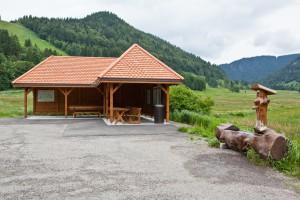 Wandern überm Himmelreich - Hütte und Brunnen vor dem Spießhorn am Hinterdorf-Parkplatz Menzenschwand