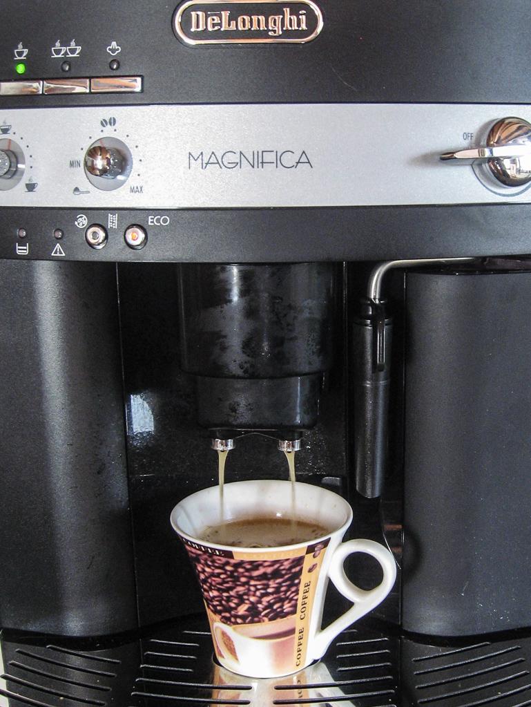 Mit einem Kaffeevollautomaten hat man eine gute Tasse Kaffee schnell aufgebrüht