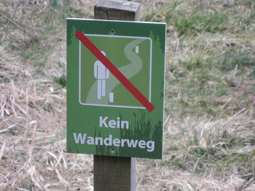 """Schild """"Kein Wanderweg"""" auf der Narzissenwiese"""
