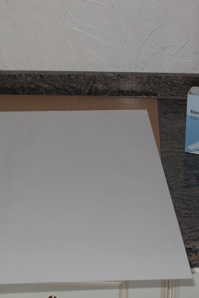 Rückwand mit Aufhängern nach unten, Einlegepapier oben