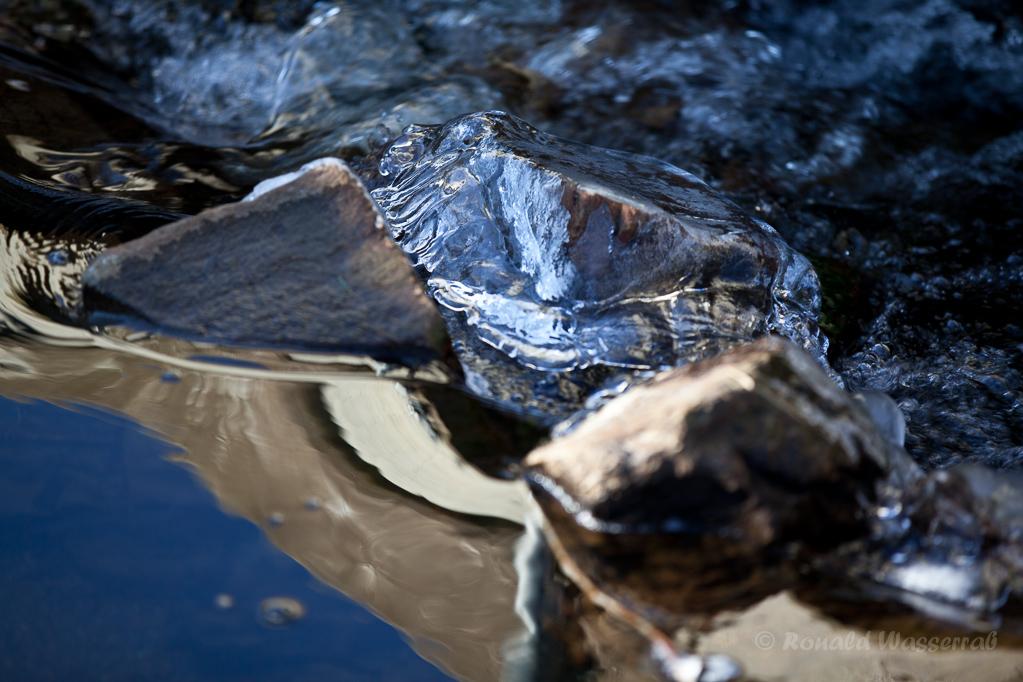 Steine Eis und Spiegelung im Kranzbach
