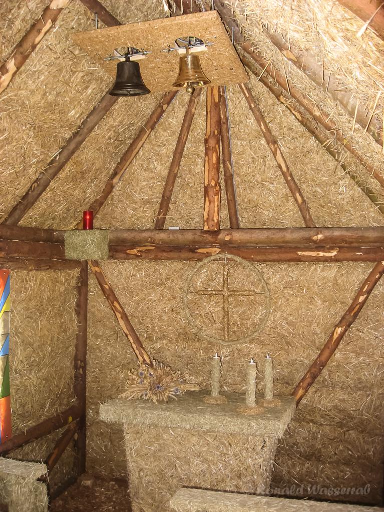 Strohskulpturen - Altar und Glocken in der Strittberger Kapelle