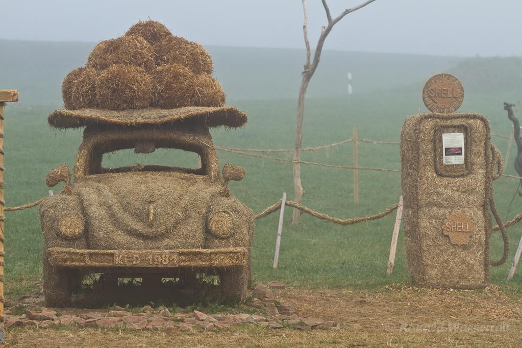Strohskulpturen - Bommelhut-Käfer mit Tanksäule Höchenschwand
