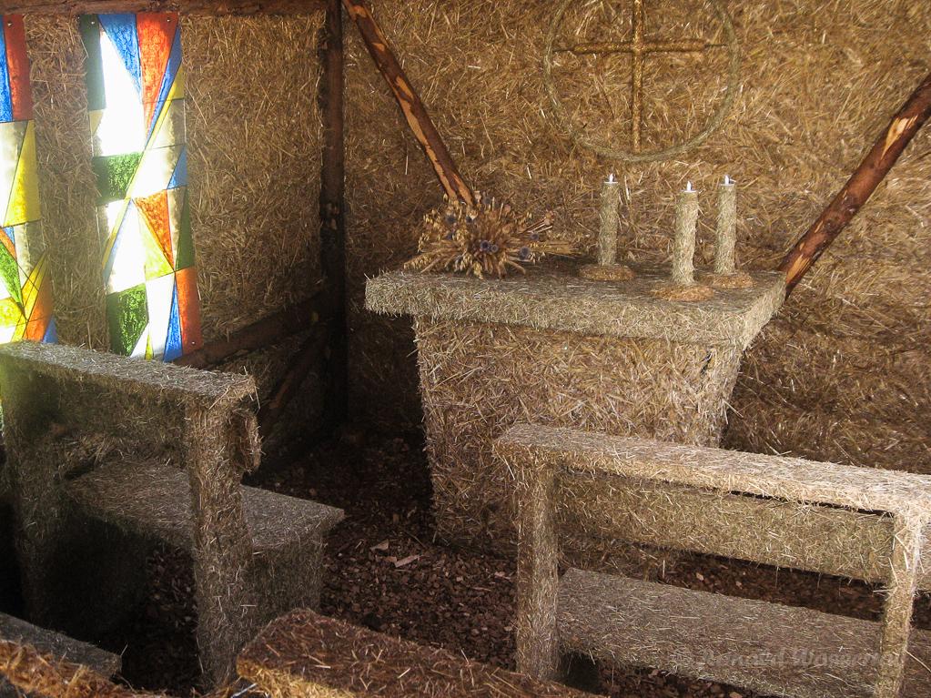 Strohskulpturen - Innenansicht Strittberger Kapelle