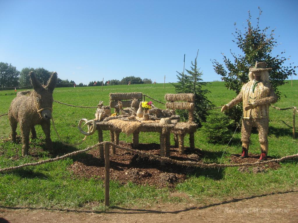 Strohskulpturen - Tischlein deck dich in Höchenschwand