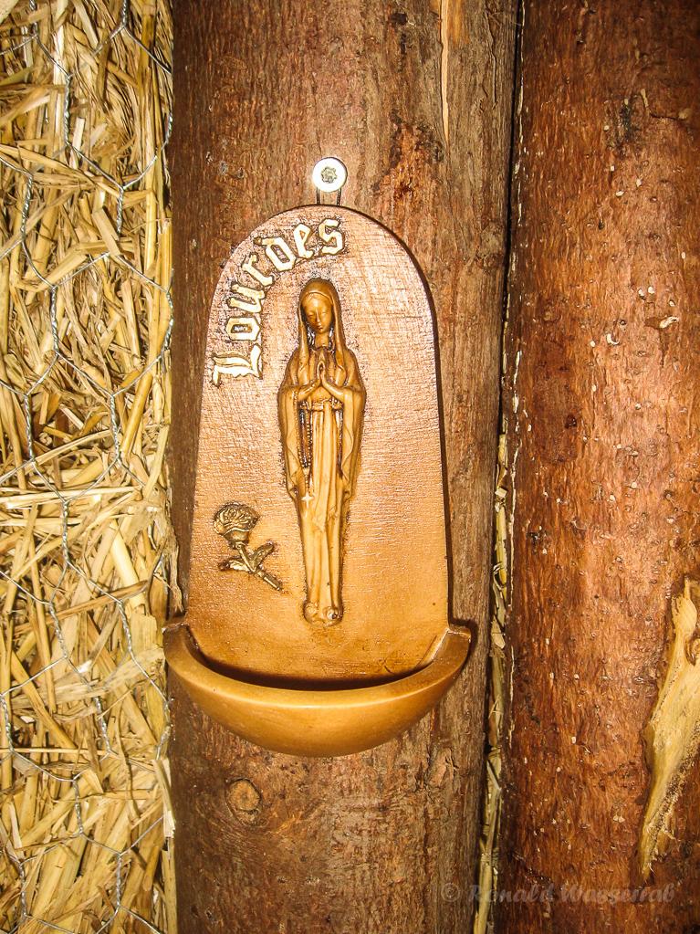 Strohskulpturen - Weihwasserschale in der Strittberger Kapelle