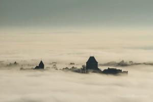 Burg Nideggen über dem Nebel